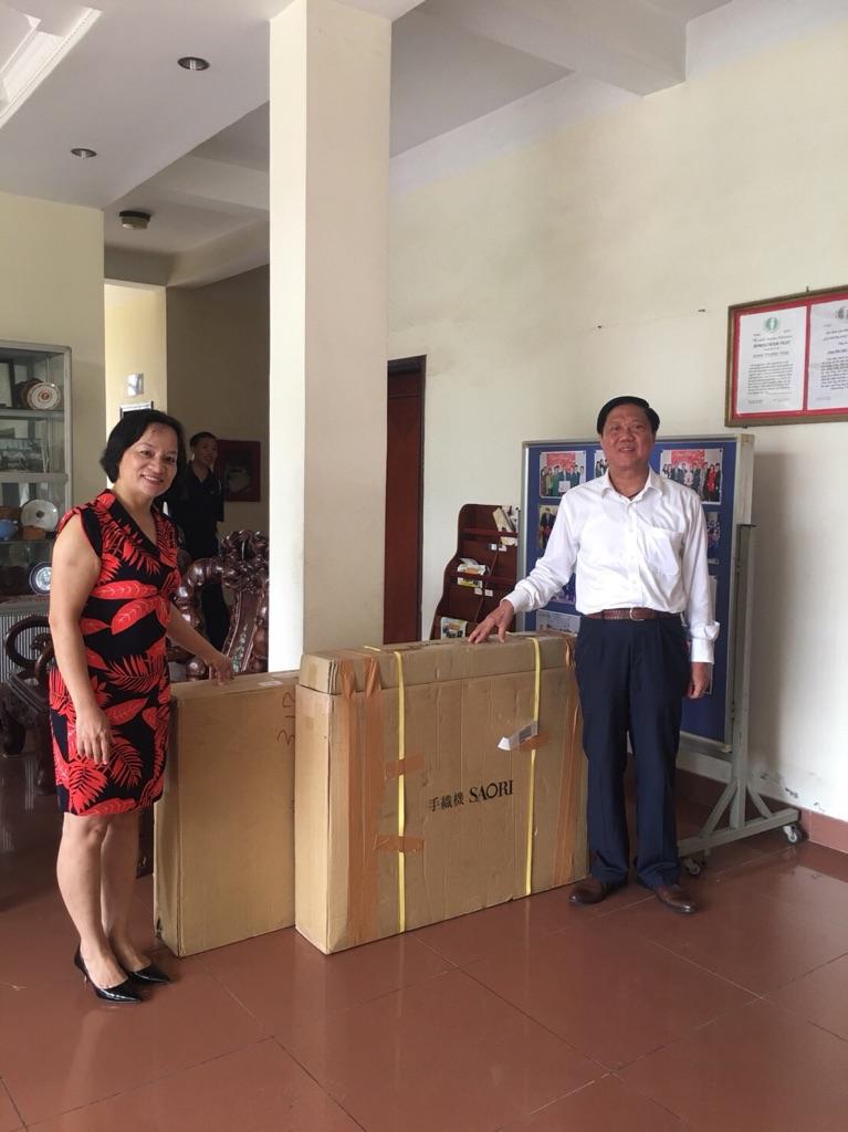 ベトナム友好村へ「さをり織」織り機寄贈